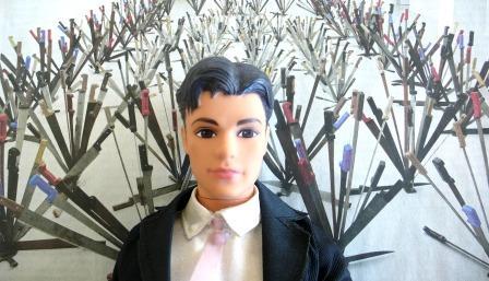 Ken à Doha (Qatar) au musée d'art moderne,  devant l'Age d'Or d'Adel Abdessemed