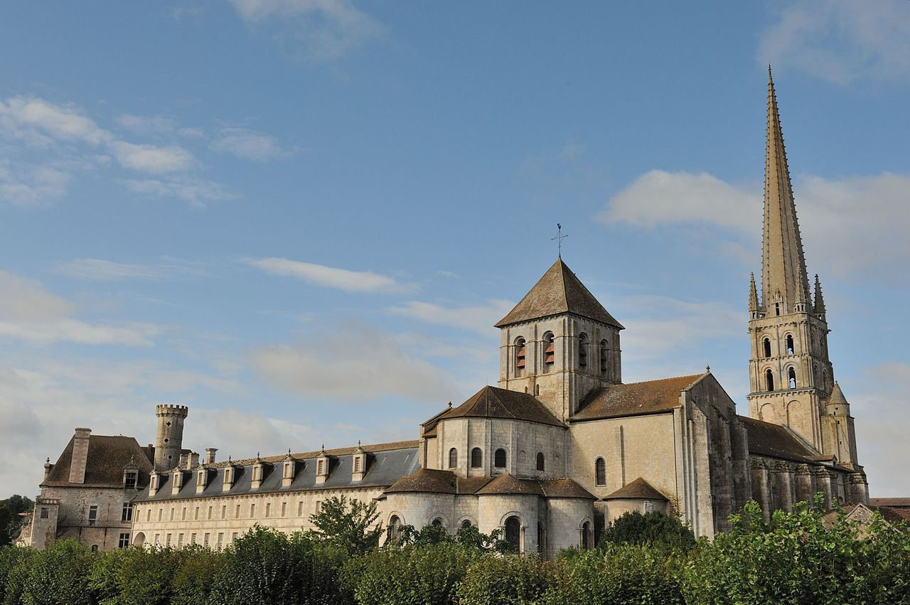 +1280px-Abbaye_de_Saint-Savin_DSC_1732