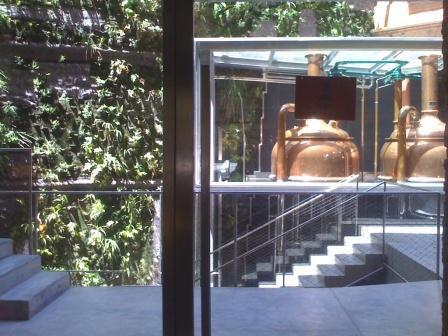 Cerveseria Moritz Le mur- jardin et les cuves en cuivre
